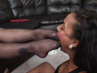 Real Estate Agent gets her Nylon Toes Sucked