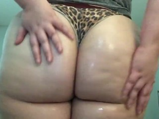WORSHIP MY FAT ASS MistressLuxx90 rubs her ass down with oil