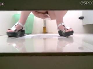 [中国] Stalker Follows Chinese Teen to washroom