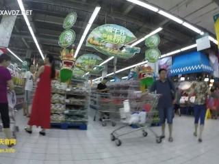 【国产】抄底不穿内裤到超市购物的闷骚眼镜妹w