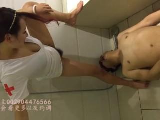 CHINESE FEMDOM调教男M舔阴舔脚圣水伺候 厕奴