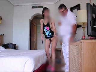NON FRIA! – Spanish Girl Flashes Repair Guy
