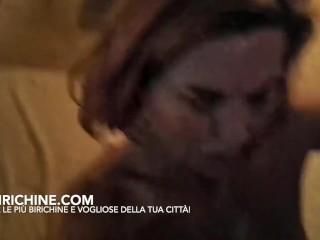 Due ragazzi italiani sborrano sulla faccia di una mamma italiana troia