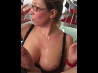 Secrétaire salope à lunette aime la bite et le sperme chaud !