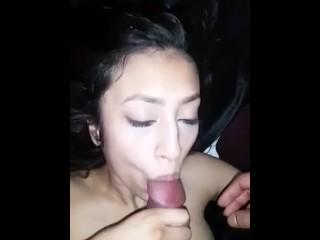 Sexy meisje neemt mijn sperma in haar mond